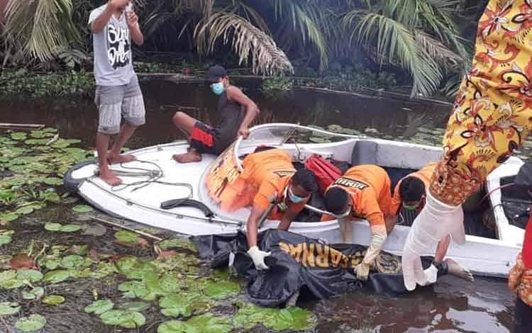 Sesosok mayat tanpa identitas ditemukan mengapung oleh seorang nelayan di Tanjung Serumpun DAS Arut Desa Tanjung Putri Kecamatan Arut Selatan, Kabupaten Kobar, Kamis, 27 Februari 2020.