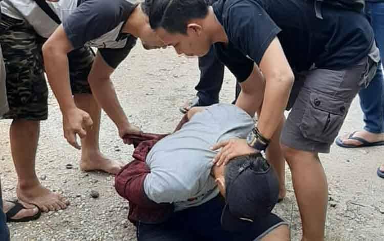 Anggota Resmob Polresta Palangka Raya saat membekuk pelaku di kantin SMA 5 Jalan Tingang, Jumat 28 Februari 2020