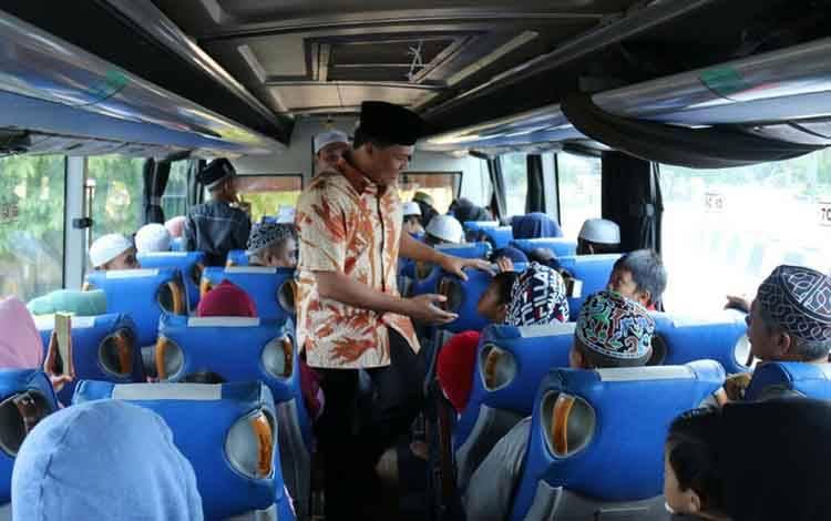 Bupati Lamandau  Hendra Lesmana saat menyalami jamaah rombongan Haul Guru Sekumpul yang berangkat ke Martapura.