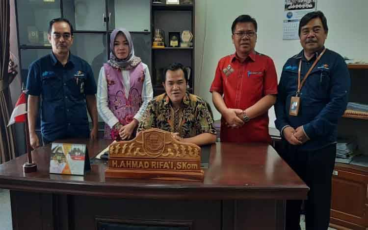 Unsur pimpinan DPRD foto bersama Ketua BPS Pulang Pisau seusai pengisian sensus penduduk secara online