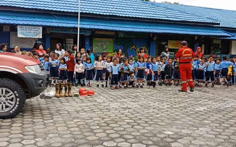 Kegiatan edukasi kebencanaanBrigade Manggala Agni Kalteng di TKN Pembina Jekan Raya