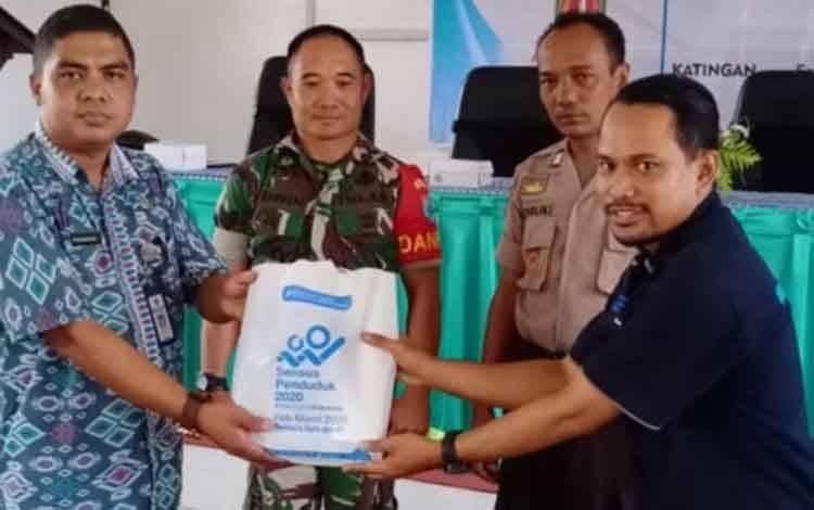 Sekretaris Kecamatan Mendawai, Purwoko foto bersama usai rakor sensus penduduk