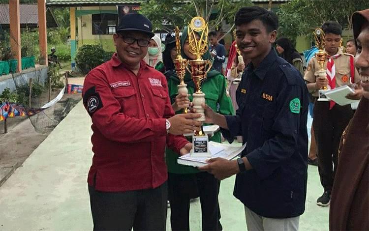 Perwakilan Regu LKBB MAN Kapuas menerima piala juara III pada turnamen di MAN 1 Pulang Pisau