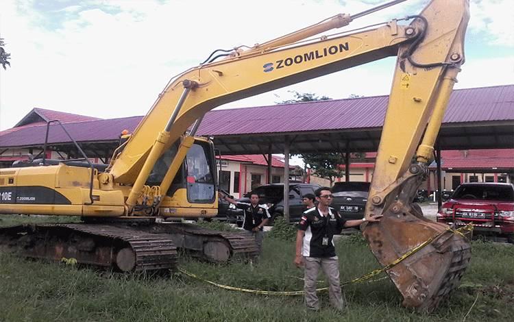 Anggota Satreskrim Polres Katingan menunjukkan 1 unit eksavator yang diamankan di Desa Geragu Pulau Malan atas kasus illegal mining.