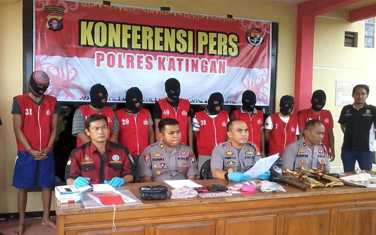 Kapolres Katingan AKBP Andri Siswan Ansyah saat menggelar konferensi pers tentang kasus illegal mining.