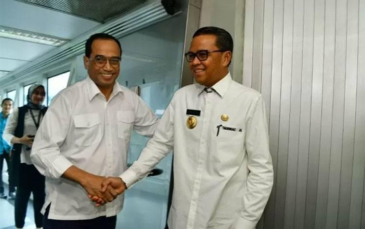 Menhub Budi Karya Sumadi bersalaman dengan Gubernur Sulawesi Selatan M. Nurdin Abdullah di Bandara Internasional Sultan Hasanuddin Makassar, Jumat (28/2/2020). ANTARA/HO-Humas Pemprov Sulsel