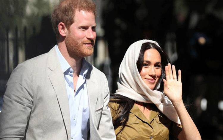 Duchess of Sussex Meghan Markle dan suaminya, Pangeran Harry menyapa warga saat mengunjungi Masjid Auwal, Cape Town, Afrika Selatan, 24 September 2019. REUTERS/Toby Melville