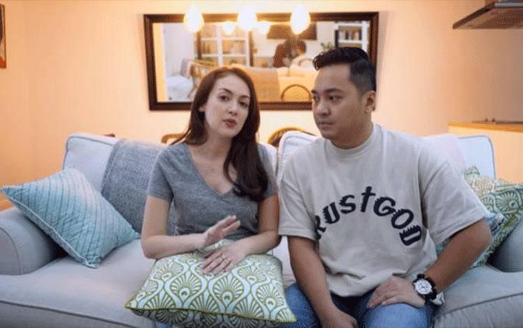 Rianti Cartwright dan suaminya Cas Alfonso. (Youtube/Ca Ri Story)