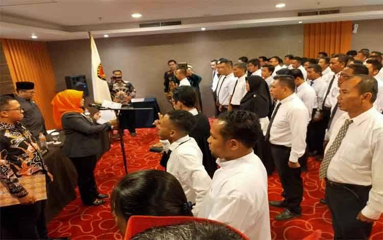 Ketua KPU Kotim Siti Fathonah saat melantik 85 anggota PPK, Sabtu 29 Februari 2020