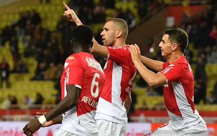 Penyerang AS Monaco Islam Slimani (tengah) melakukan selebrasi bersama Tiemoue Bakayoko (kiri) dan Wissam Ben Yedder seusai mencetak gol ke gawang Montpellier dalam laga lanjutan Liga Prancis di Stadion Louis II, Monaco, Jumat (14/2/2020) waktu setempat. (ANTARA/AFP/Yann Coatsaliou)