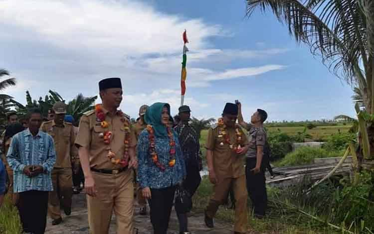 Bupati Sukamara, Windu Subagio saat menghadiri syukuran panen padi di Kecamatan Pantai Lunci