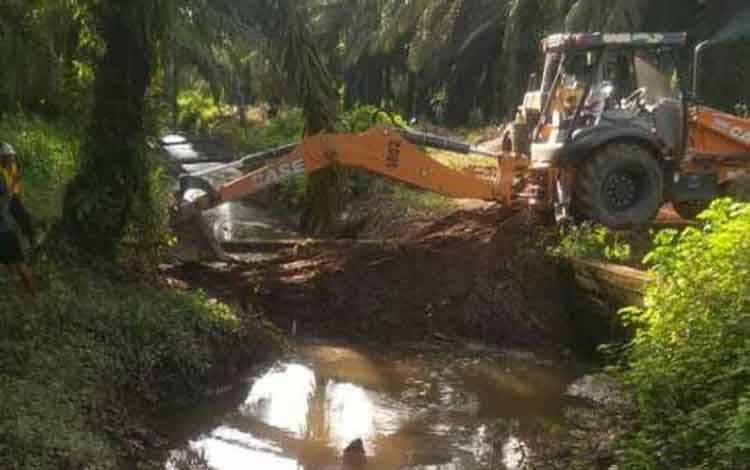 Limbah yang mengaliri anak sungai salah satu perusahaan di Kotawaringin Timur.
