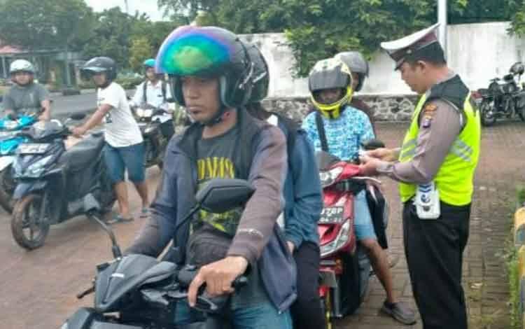 Suasana saat Sat Lantas Polres Kapuas menggelar razia, hasilnya menjaring 35 pelanggar lalu lintas di Jalan Pemuda pada Selasa, 3 Maret 2020.