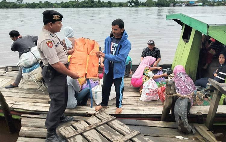 Personel Pulau Petak saat melakukan patroli ke feri penyeberangan yang ada di Desa Sei Tatas Hilir.