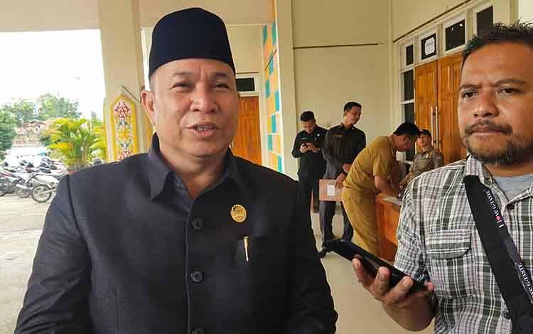 Ketua DPRD Murung Raya Doni saat menyampaikan perketat pengawasan WNA keluar masuk, Rabu, 4 Maret 2020.
