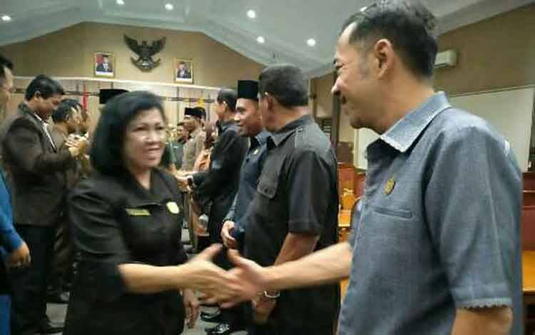 Anggota Komisi IV DPRD Kotim, Handoyo J Wibowo saat bersalaman dengan Ketua DPRD Kotim Rinie A Gagah