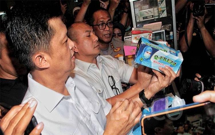 Dirreskrimsus Kombes Pol Iwan Kurniawan saat melakukan inspeksi mendadak terkait penjualan masker dan cairan pembersih tangan (hand sanitizer) di Pasar Pramuka, Jakarta Timur, Rabu, 4 Maret 2020. Dalam sidak ini juga ditemukan penjualan masker yang tidak memiliki Standar Nasional Indonesia (SNI) alias palsu. TEMPO/Hilman Fathurrahman W
