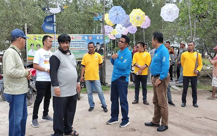 Wakil Bupati Sukamara H Ahmadi saat mengunjungi lokasi wisata pantai di Sukamara.