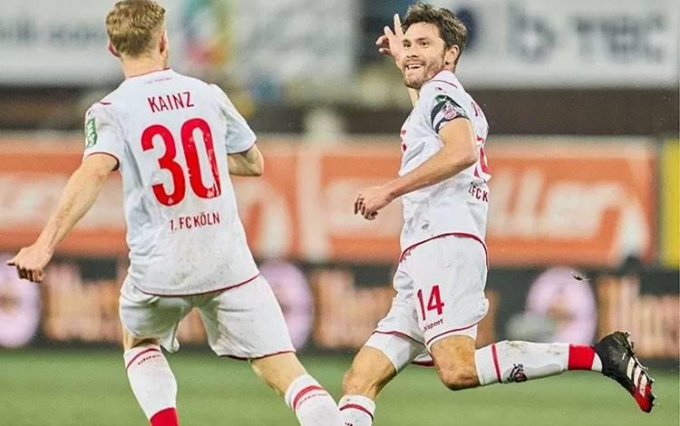 Gelandang sekaligus kapten FC Cologne Jonas Hector (kanan) melakukan selebrasi bersama Florian Kainz usai mencetak gol ke gawang SC Paderborn dalam laga lanjutan Liga Jerman di Stadion Benteler-Arena, Paderborn, Jerman, Jumat (6/3/2020) waktu setempat. (ANTARA/Twitter@fckoeln_en)