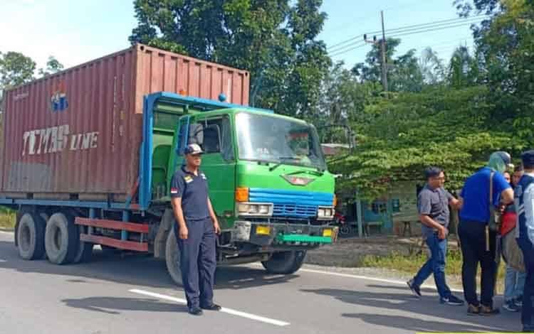 Personel Dishub Kobar mendata kendaraan angkutan di jalur Bundaran Pangkalan Lima menuju Pelabuhan Kumai.