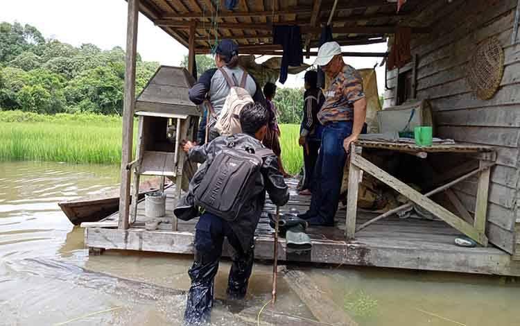 Kepala Dinas Pertanian dan Peternakan Kabupaten Barito Timur memantau lahan yang masih tergenang banjir di Kecamatan Karusen Janang.