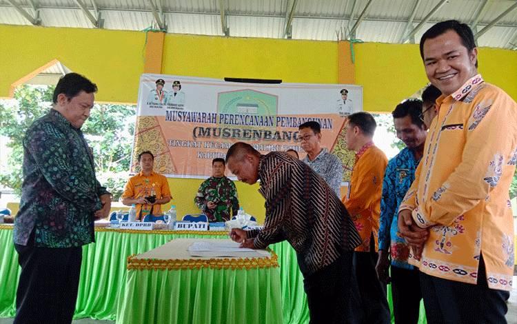 Ketua DPRD Pulang Pisau, H Ahmad Rifai (baju kuning) mengaku tak sependapat jika Musrenbang dikatakan hanya kegiatan seremonial semata, Minggu, 8 Maret 2020.