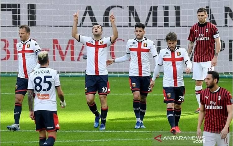 Pemain Genoa Goran Pandev (ketiga dari kiri) merayakan gol yang dicetaknya ke gawang AC Milan, pada pertandingan Liga Italia yang dimainkan di Stadion San Siro, Milan, Minggu (8/3/2020). (ANTARA/REUTERS/DANIELE MASCOLO)