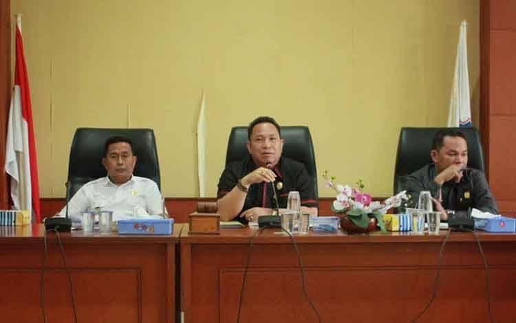 Ketua DPRD Mura Doni (tengah) saat memimpin rapat, beberapa waktu lalu.