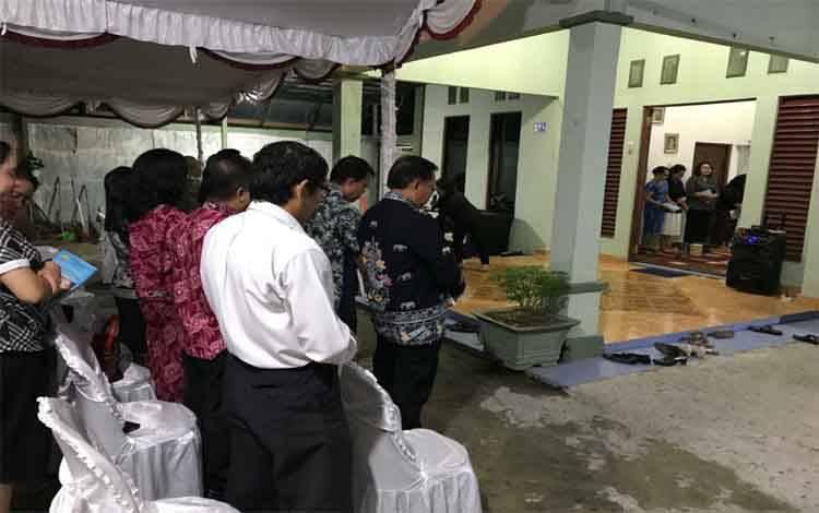 Suasana saat ibadah penghiburan di rumah jabatan Dandim 1011 Kuala Kapuas