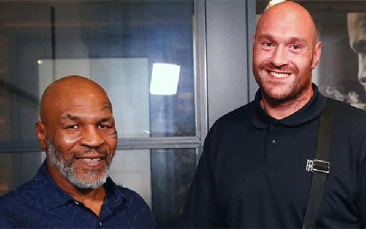 Dua mantan juara tinju duniain kelas berat, Mike Tyson dan Tyson Fury. (instagram/ringside24.com)