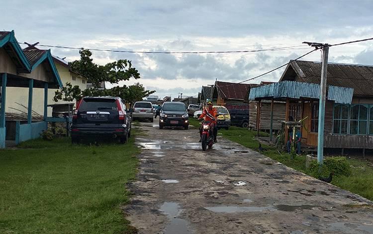 Suasana jalan di Desa Sungai Baru, Kecamatan Jelai, Kabupaten Sukamara.