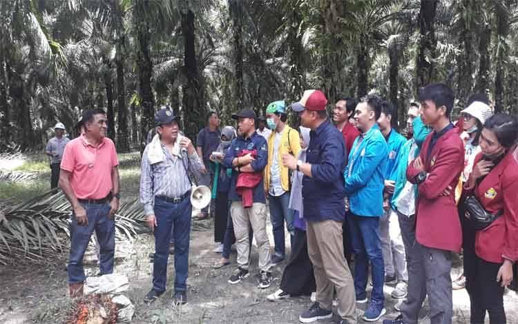 Pemilik CBI Group H Abdul Rasyid saat memberikan materi terkait kebun sawit kepada mahasiswa saat kunjungan Program Entrepreneur Muda Kalteng Berkah.