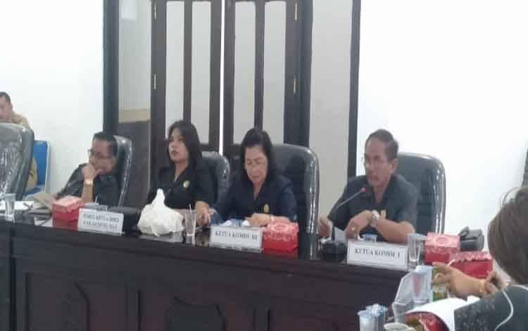Anggota DPRD Gunung Mas, Gumer menyampaikan tanggapan terkait 4 faktor penyebab terjadinya kekurangan guru