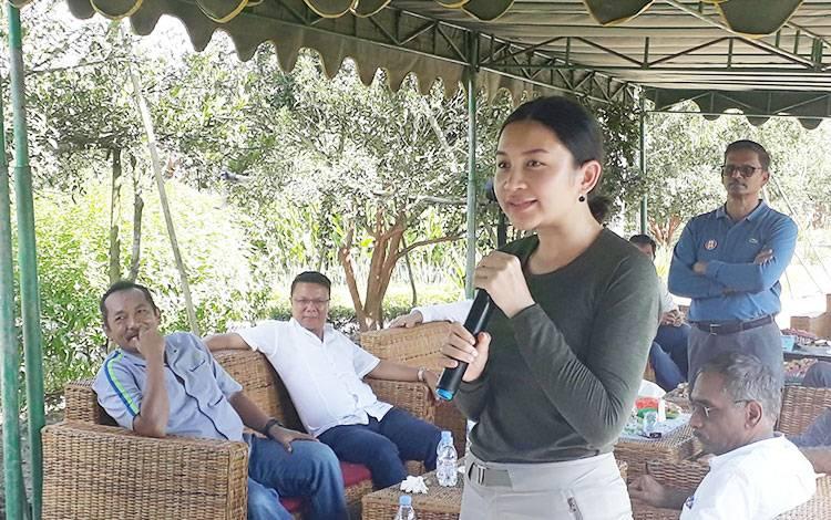Monica Putri saat memotivasi para mahasiswa untuk menjadi wirausahawan.