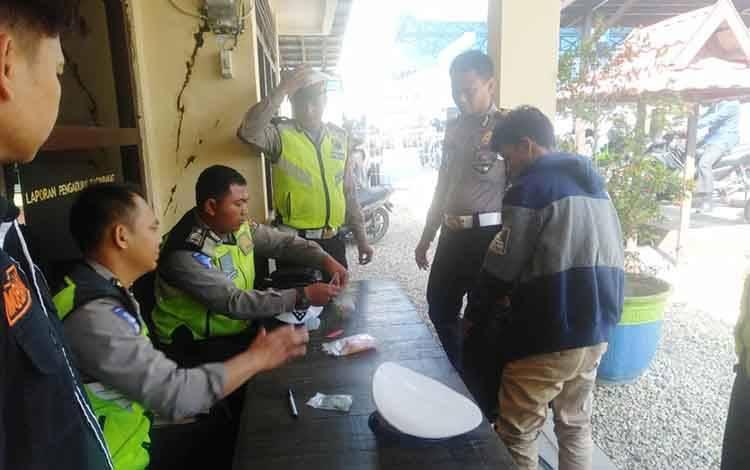 Para pengendara yang diberikan sanksi tilang karena melanggar aturan berlalu lintas pada operasi rutin di depan Kantor Polsek Teweh Tengah, Rabu 11 Maret 2020