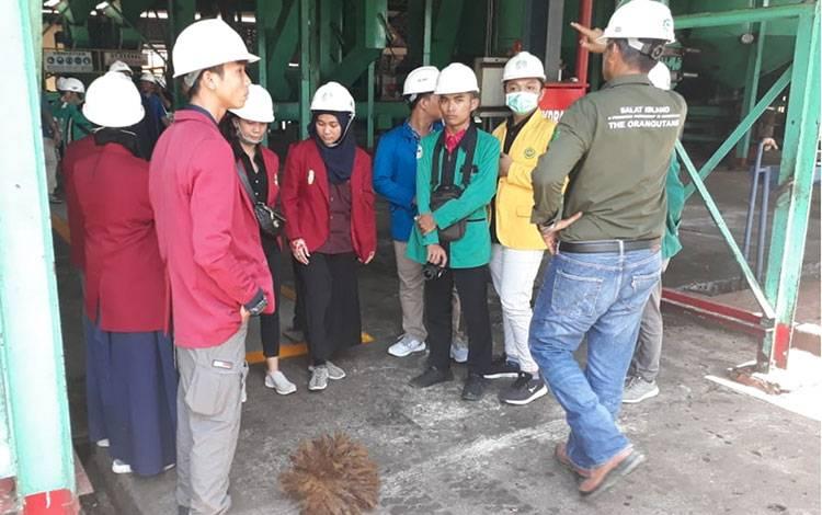 Sebanyak 39 mahasiswa diajak melihat proses pengolahan sawit dan biogas di perkebunan PT Sawit Sumbermas Sarana Tbk atau SSMS di kawasan PKS Suayap, Kabupaten Kotawaringin Barat, Kalteng, Selasa, 10 Maret 2020.