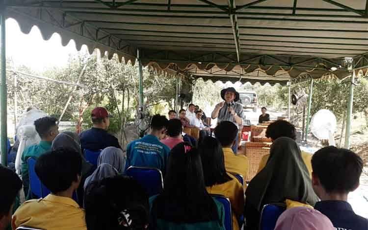Sebanyak 39 mahasiswa dari tujuh perguruan tinggi di Palangka Raya ini diperlihatkan program integrasi sawit-sapi