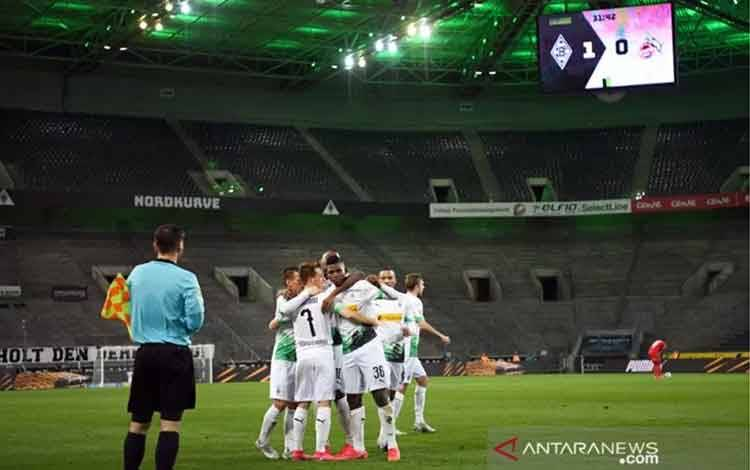 Para pemain Borussia Moenchengladbach merayakan gol yang Breel Embolo (tengah) pada pertandingan Liga Jerman melawan FC Koln yang dimainkan di Stadion Borussia-Park, Moenchengladbach, Rabu (11/3/2020) waktu setempat. (ANTARA/AFP/INA FASSBENDER)