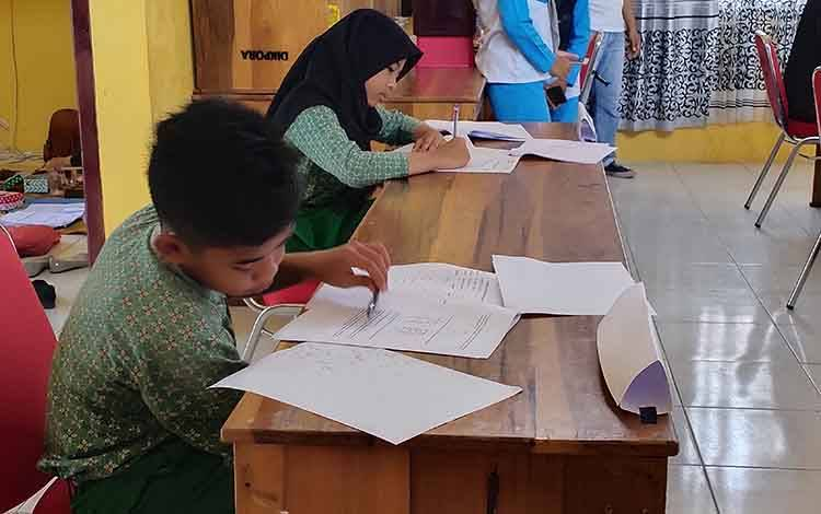 Peserta lomba saat menjawab soal lomba Kompetensi Sains Nasional (KSN) tingkat SD/MI Kabupaten Sukamara.