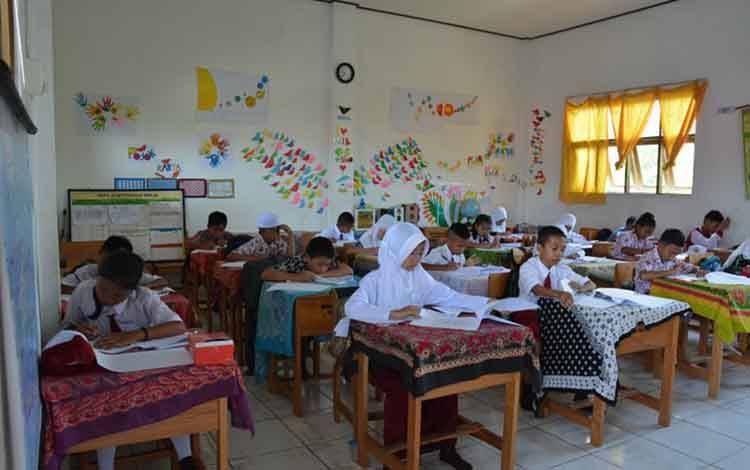 Sejumlah peserta saat mengikuti Kompetensi Sains Nasional tingkat SD di Kabupaten Kapuas pada Kamis, 12 Maret 2020.