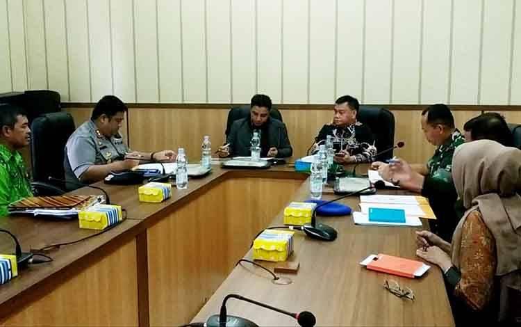 Bupati Kotim, Supian Hadi didampingi Sekda melakukan penandatanganan dana hibah untuk pengamanan Pilkada yang totalnya mencapai Rp 5,4 miliar, Kamis, 12 Maret 2020