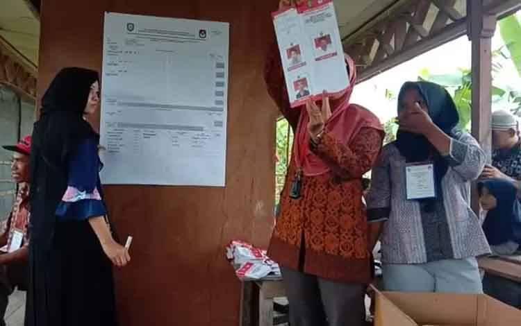 Panitia pemilihan kepala desa di Desa Parebok melakukan perhitungan suara, Sabtu, 14 Maret 2020