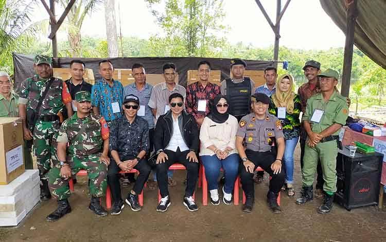 Bupati Kotim Supian Hadi foto bersama dengan panitia di TPS dan aparat keamanan. Saat ini partisipasi pemilih Pilkades mencapai 80 persen, Sabtu, 14 Maret 2020