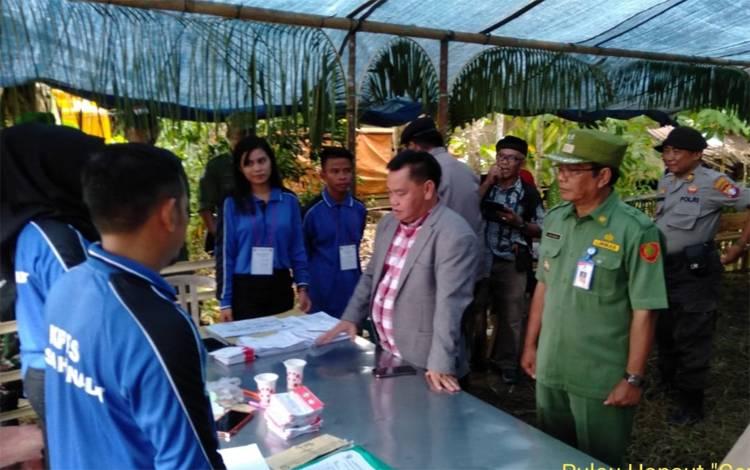Sekda Kotim Halikinnor didampingi Camat Pulau Hanaut Eddy Mashami, saat memantau TPS. Adapun dua desa yang melaksanakan Pilkades di kecamatan tersebut sudah melaksanakan perhitungan suara, Sabtu, 14 Maret 2020