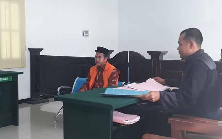 Rahmad Taufiq, pengemudi truk bermuatan kernel menjadi terdakwa dalam kasus kecelakaan lalu lintas diadili di Pengadilan Negeri Pangkalan Bun, Senin, 16 Maret 2020.