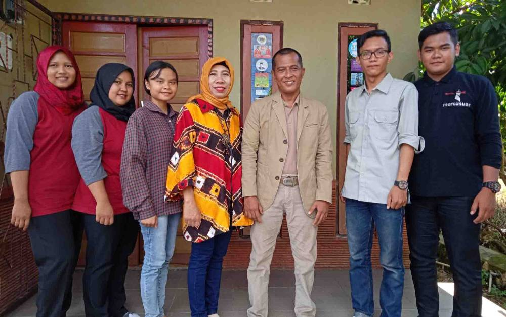 Awiek Hadi Widodo, Owner LPK Pradata Komputer Tanjung-Tabalong (tiga dari kanan) bersama timnya.
