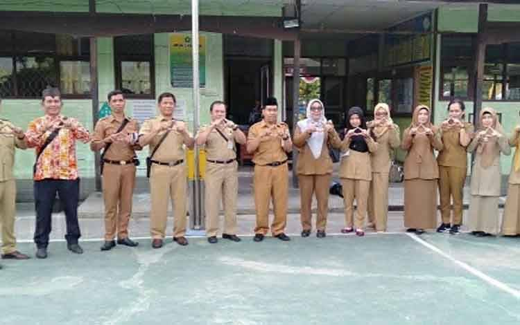 Tim penilai Lomba Sekolah Sehat tingkat kabupaten saat mengunjungi MTsN 1 Kapuas.