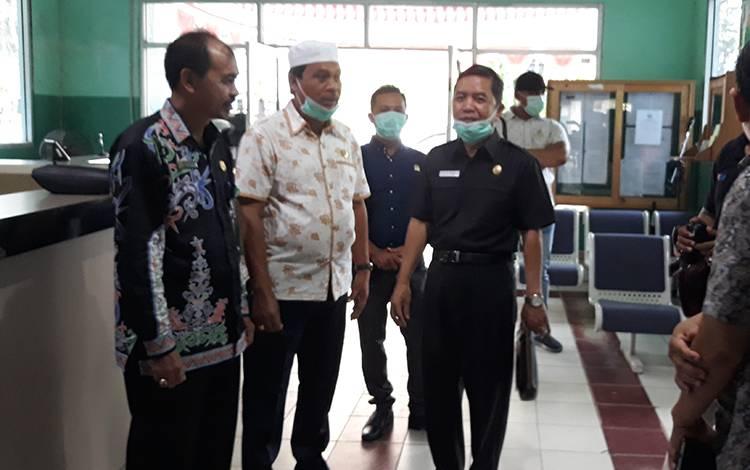 Jajaran Komisi IV DPRD Kapuas saat meninjau kesiapan RSUD dr Soemarno Sosroatmodjo Kuala Kapuas terkaid Covid-19 pada Kamis, 19 Maret 2020.