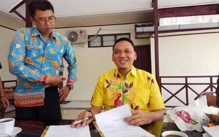 Sekda Barsel, Eddy Purwanto (batik kuning)