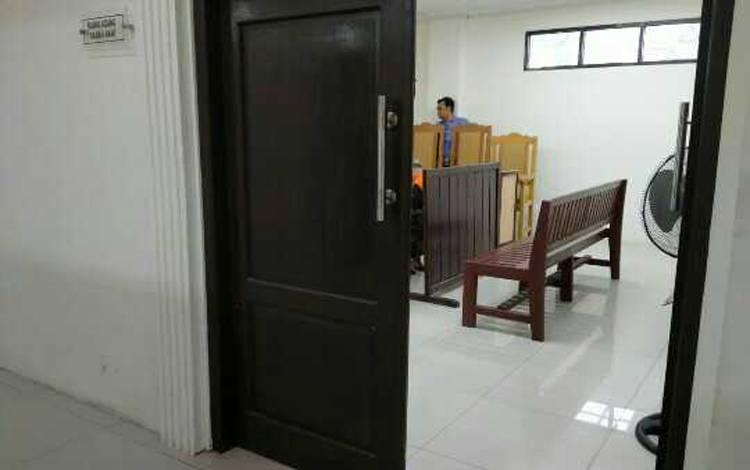 Suasana ruang sidang anak sebelum persidangan dimulai